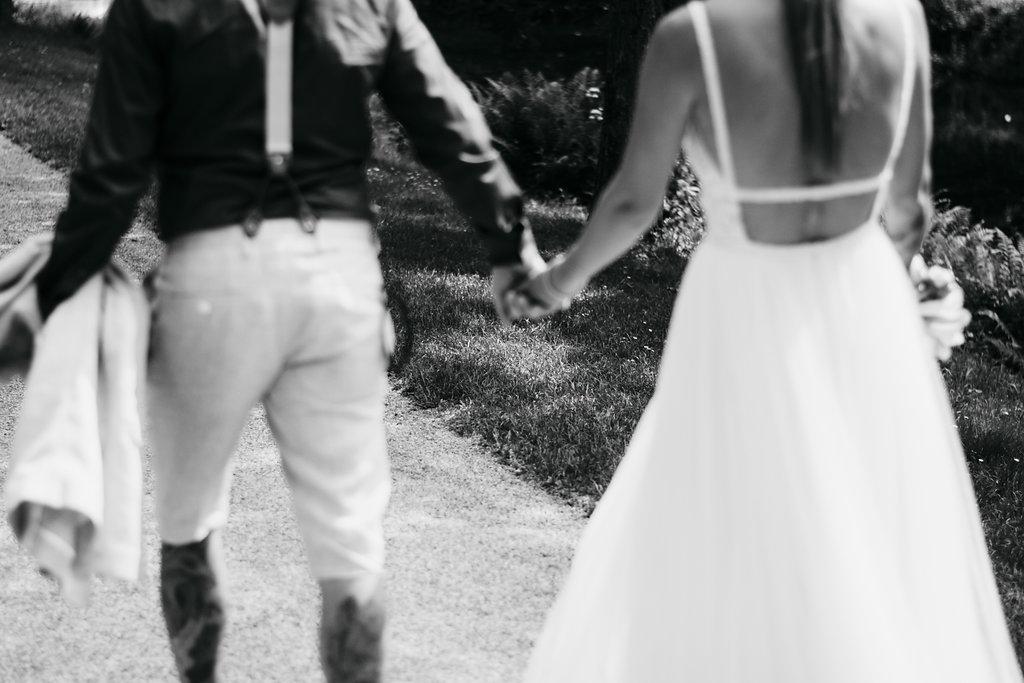 Heiraten, Hochzeitsreportage, Hochzeitstag, Paarshooting, Hochzeitskleid, Hochzeitsfotografie, Schwarz-weiß Fotografie